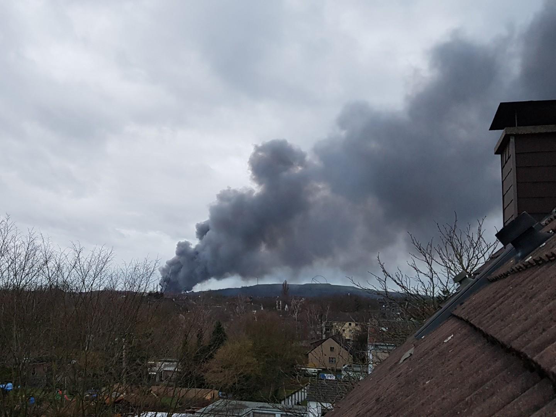 Feuer am Fuße der  Halden Hoppenbruch und Hoheward